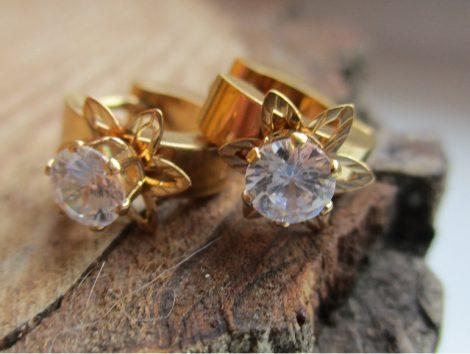 Nemesacél fülbevaló arany színben, virágos mintával