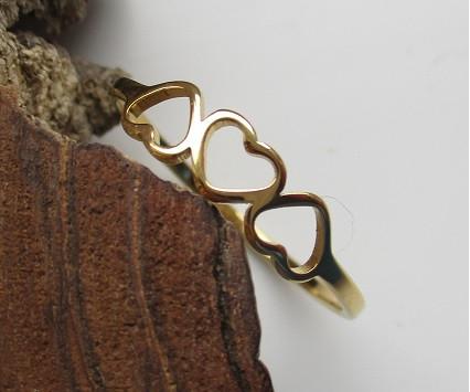 Nemesacél gyűrű három szívből álló mintával