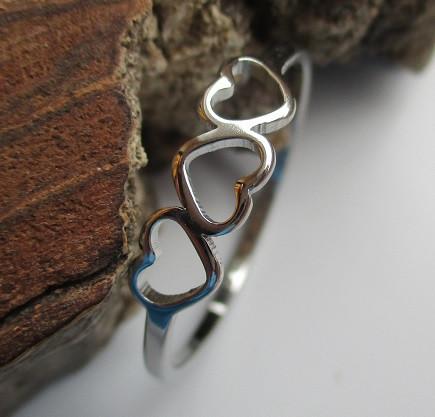 Nemesacél gyűrű három szív mintával