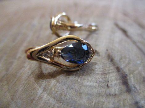 Csepp alakú fülbevaló kék kővel