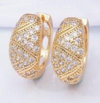 Arany színű fülbevaló gyönygyökkel és kristályokkal