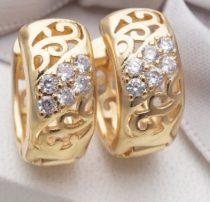 Arany színű fülbevaló közepén kövekkel