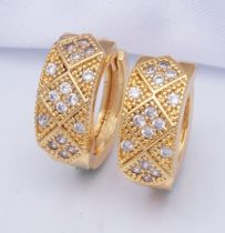 Arany színű fülbevaló kristályokkal és gyöngyökkel