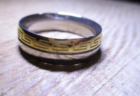 Nemesacél gyűrű arany-ezüst színben, gyönyörű görög mintával