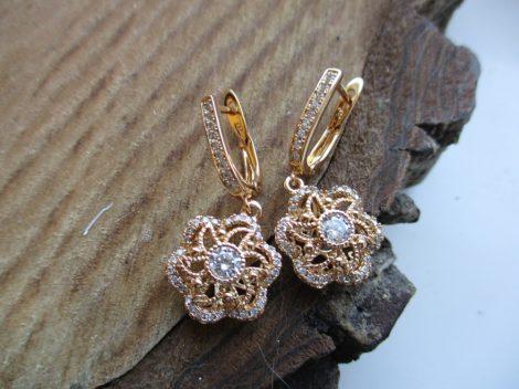 Arany színű fülbevaló virágmotívummal és kristályokkal