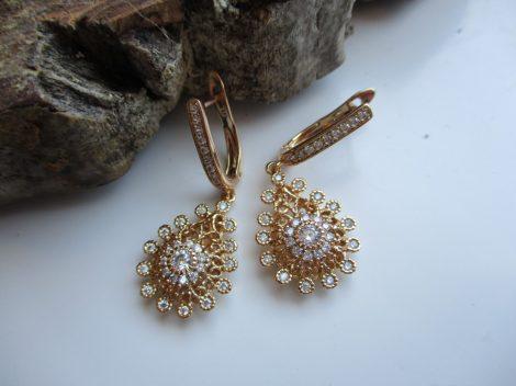 Arany színű fülbevaló virágmintával és kristályokkal