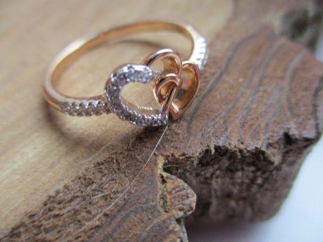 Arany színű gyűrű szív motívumokkal és kristályberakásokkal