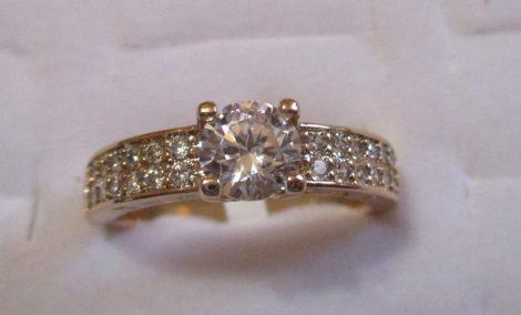 Arany színű gyűrű foglalt kristályokkal