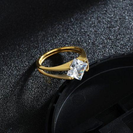 Acél gyűrű szögletes kővel
