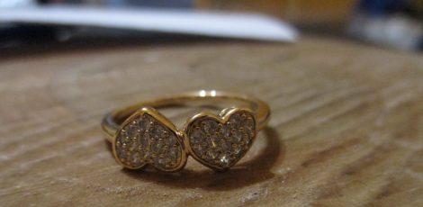 Arany színű gyűrű foglalt kristályokkal szív mintával