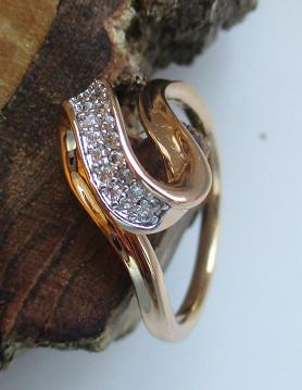 Arany színű gyűrű kristályberakásokkal