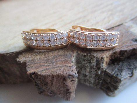 Arany színű fülbevaló fehér kristályokkal