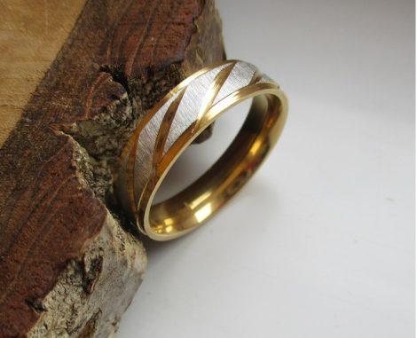 Nemesacél gyűrű arany-ezüst színben ferde vágásokkal