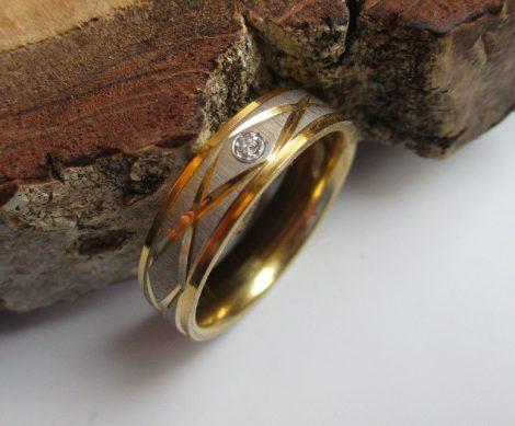 Arany-ezüst mintás nemesacél gyűrű kis kővel