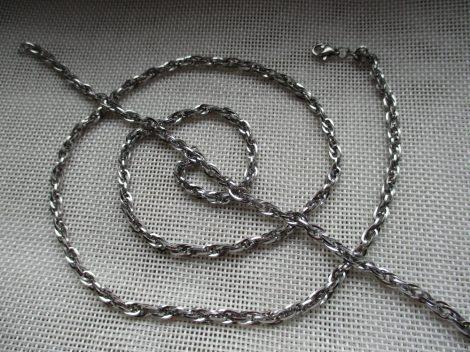Csavart kialakítású acél ékszerszett ezüst színben