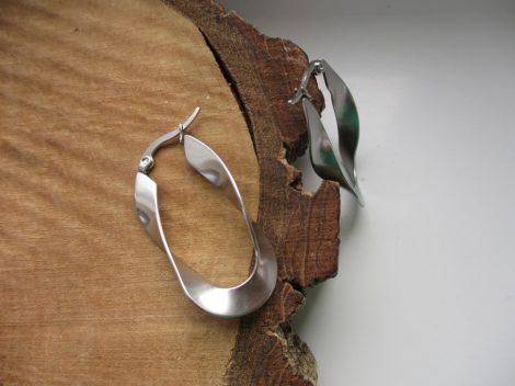 Különleges formájú acél fülbevaló