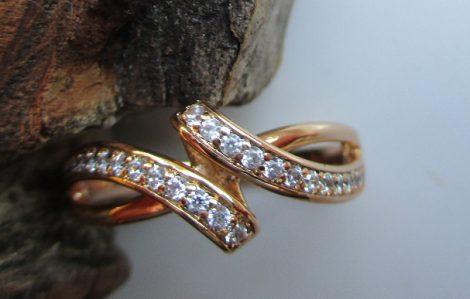 Arany színű gyűrű kristályberakásokkal csavaros mintával