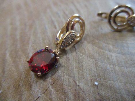 Arany színű fülbevaló piros és fehér kristályokkal