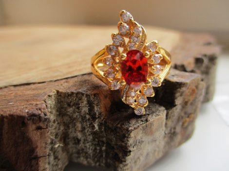 Arany színű gyűrű piros és fehér kristályokkal