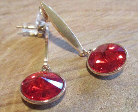 Piros Swarovski köves bedugós fülbevaló arany színben