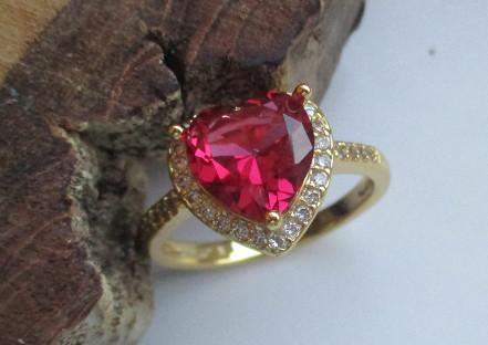 Arany színű gyűrű piros szív alakú kristállyal