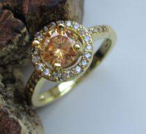 Arany színű gyűrű pezsgő színű kristállyal