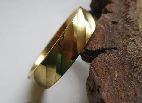 Nemesacél gyűrű csavart mintával arany színben