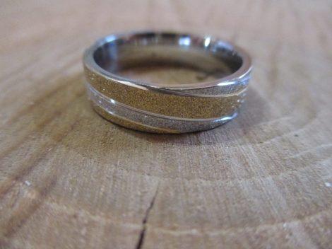 Nemesacél gyűrű arany-ezüst csíkokkal