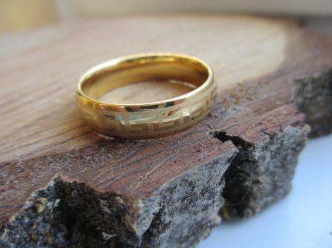 Nemesacél gyűrű arany színben görög mintával