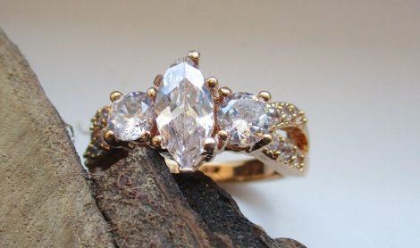 Arany színű gyűrű fehér kristályokkal