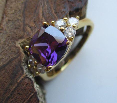 Arany színű gyűrű lila és fehér kristályokkal