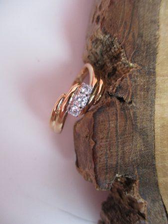 Arany színű gyűrű csavart mintával