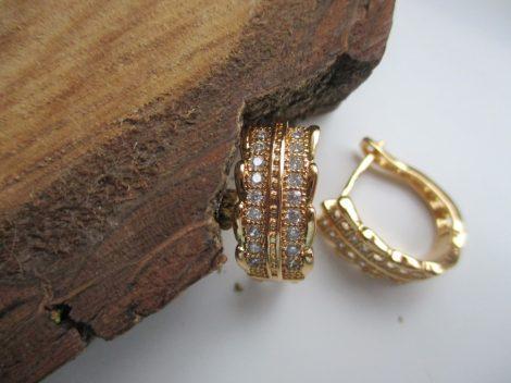 Arany színű fülbevaló apró kövekkel és gyöngyökkel
