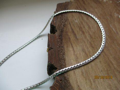 Lapos kialakítású nemesacél nyaklánc ezüst színben